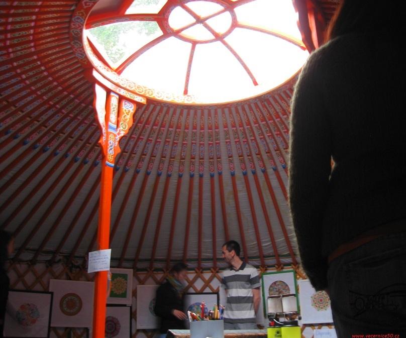 v jurtě